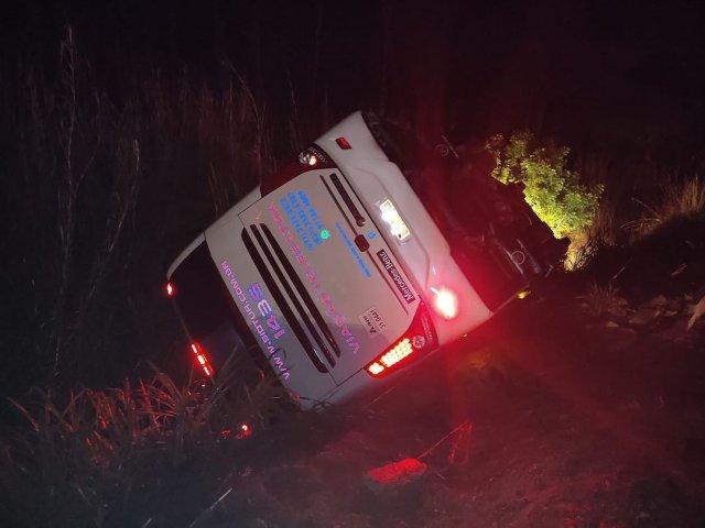 Ônibus com 27 passageiros tomba na BR-354