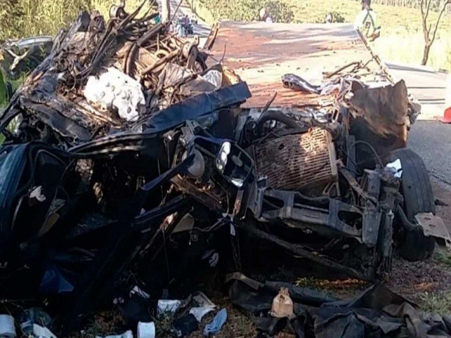 Motorista morre em grave acidente entre caminhão e carreta na BR-040, em João Pinheiro