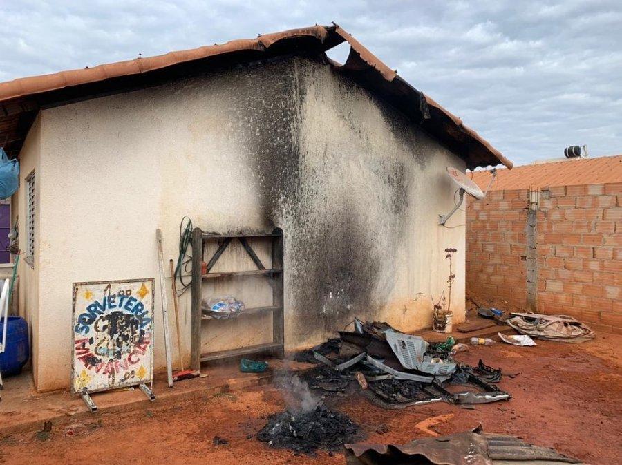 Fogo de queimada de lixo atinge residência no bairro Jardim Quebec