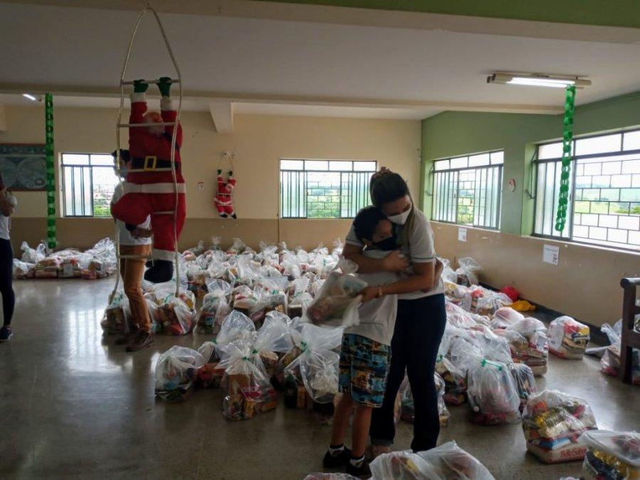 Famílias atendidas pelo Amparo Maternal recebem doação de cestas básicas