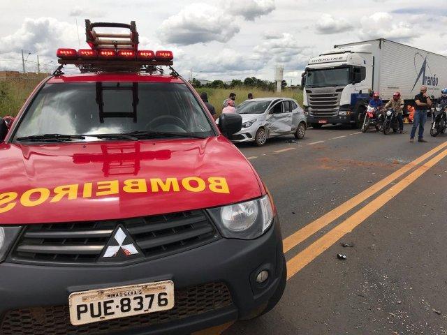 Colisão entre motocicleta e veículo deixa 2 vítimas de ferimentos graves na BR 365