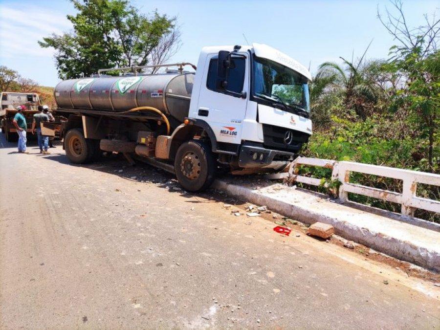 Caminhão carregado de leite bate em ponte na MG 230 em Rio Paranaíba