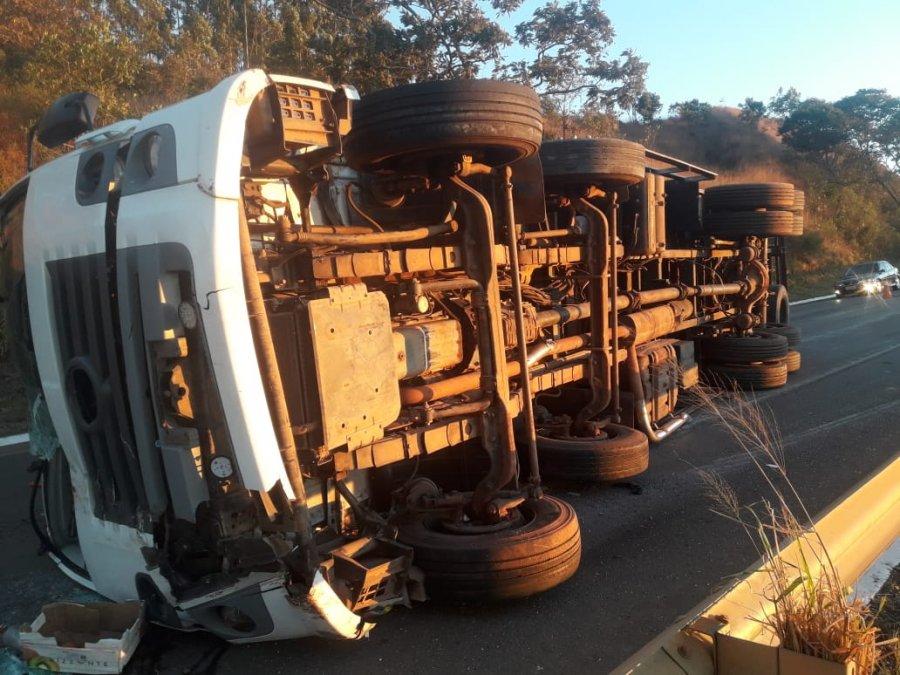 Rio Paranaíba: Motorista cochila ao volante, bate em árvore e tomba caminhão na BR 354