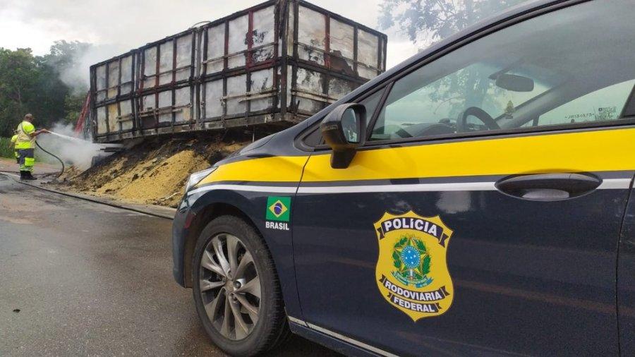 Carreta fica destruída após carga de ração pegar fogo na BR-040