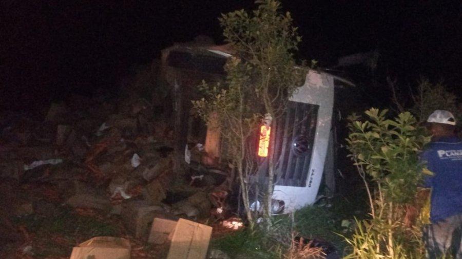 Caminhoneiro morre na MGC-462 após caminhão tombar em Patrocínio