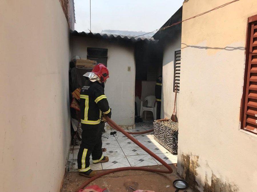 Bombeiros combatem incêndio em residência no bairro Alto da Colina