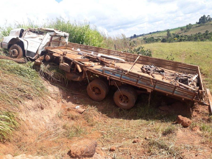 Caminhão tomba na MG 230 em Rio Paranaíba e deixa motorista de 27 anos ferido