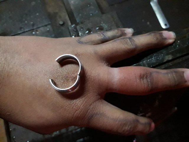 Adolescente procura Corpo de Bombeiros para retirar anel preso em dedo