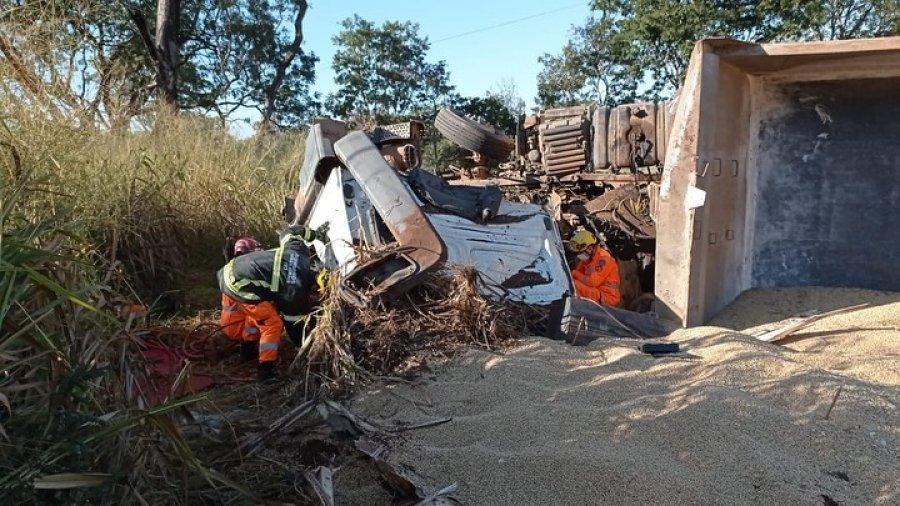 Carreta carregada com soja perde controle e tomba na MGC-354, em Presidente Olegário