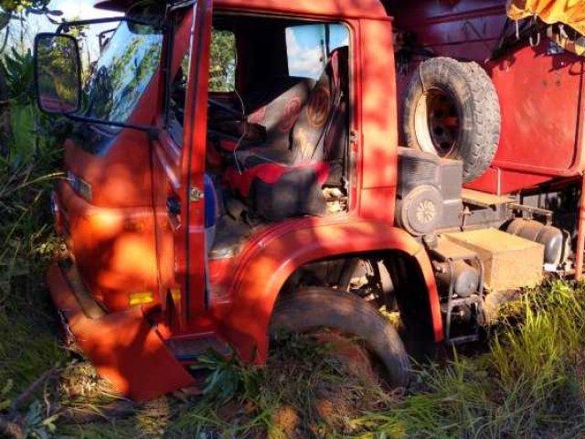 Motorista cochila ao volante e caminhão sai da pista na MG 230