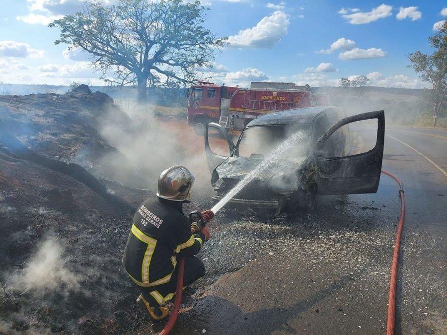 Carro pega fogo na MGC 354 e bombeiros são acionados para apagar chamas