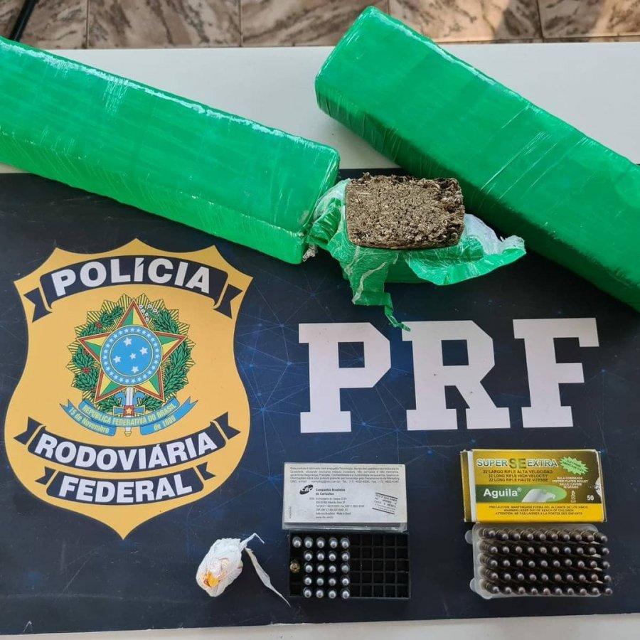 Homem é preso transportando 1,4 kg de maconha e munições em ônibus de turismo