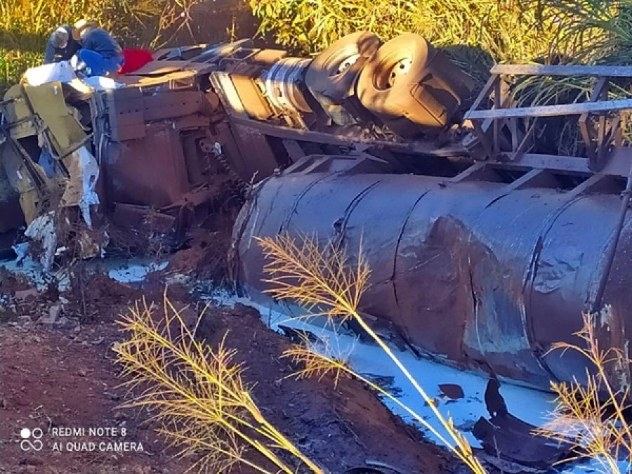 Caminhão carregado com leite cai em ponte em curva na MG-235 em São Gotardo