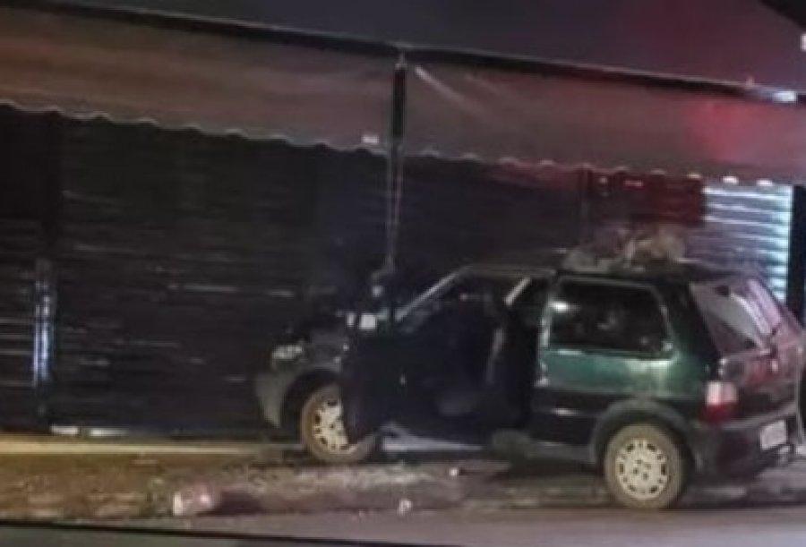 Condutor inabilitado perde controle da direção e bate em porta de loja