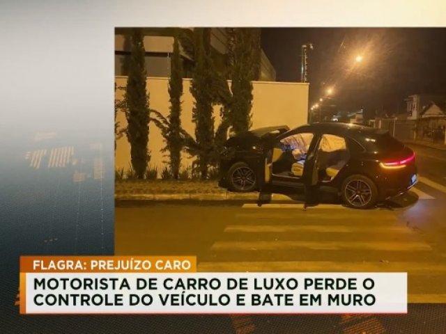 Motorista de carro de luxo perde o controle do veículo e bate em muro em Patos de Minas