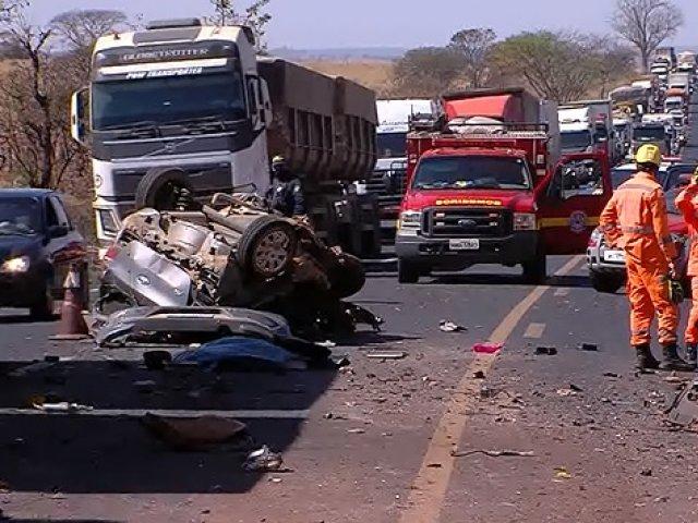 Vídeo: Mulher e criança morrem depois de batida entre carro e caminhão