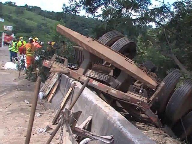 Homem morre depois de tombar carreta na ponte do rio Araguari na BR-050