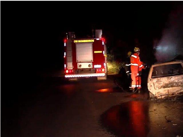 Carro fica destruído após incêndio na MGC-455