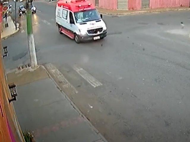 Flagrante em Patos de Minas: adolescente em moto irregular bate em ambulância
