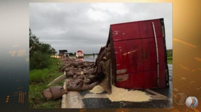 Carreta com mais de 27 toneladas de aveia tomba em Serra do Salitre