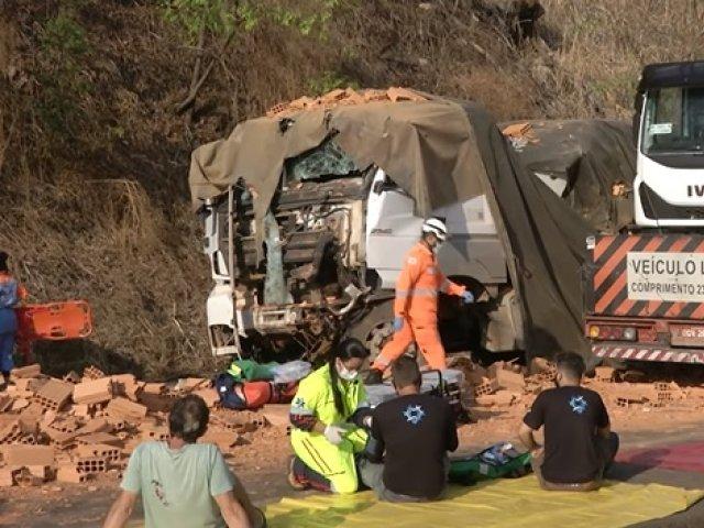 BR-365: acidente deixa dois mortes e quatro feridos perto da entrada de Miranda