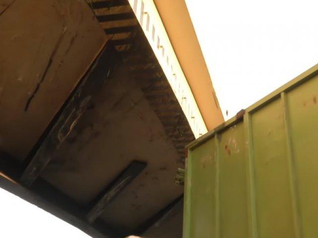Carreta fica entalada em pontilhão na BR-452
