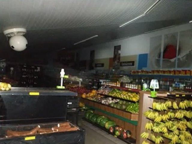 Vendaval destrói telhado de supermercado em Monte Carmelo