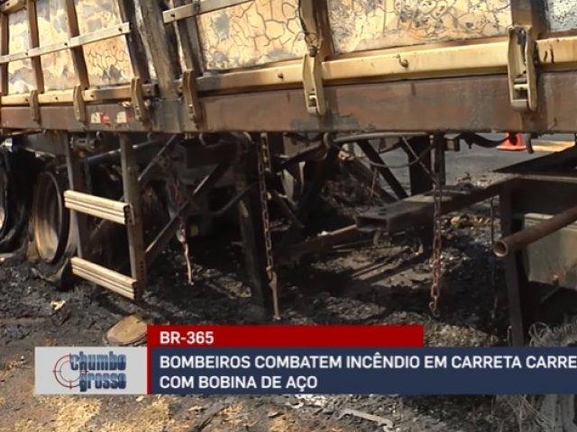 BR-365: Bombeiros combatem incêndio em carreta carregada com bobina de aço