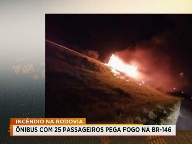 Ônibus com 25 passageiros pega fogo na BR-146