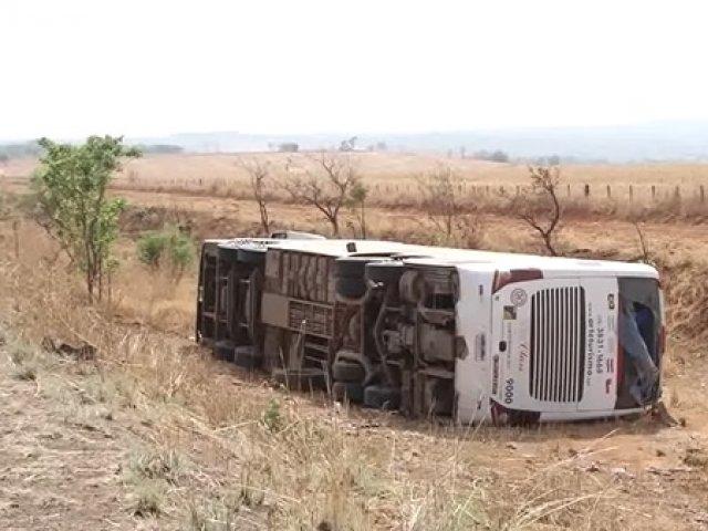 Ônibus cai em ribanceira e uma pessoa morre em Serra do Salitre