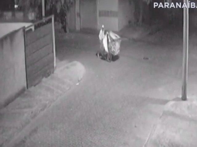 Ladrão de tampas de bueiro age em Patos de Minas